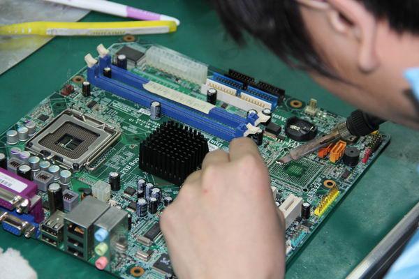 二,专业课程    电路基础,pc机主板芯片级维修,显示器维修,计算机